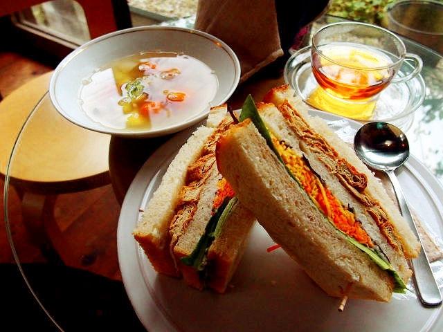 【サンドイッチに合うスープの献立~朝食&お昼ランチのスープ編~】サンドイッチと合わせる定番献立&人気レシピ、副菜「おもてなし&お昼ご飯のサンドイッチのスープはコンソメブイヨン、ポタージュが、おすすめ!」