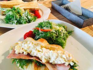 サンドイッチと水菜サラダ