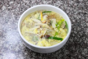 ニラ、キノコ、卵スープ