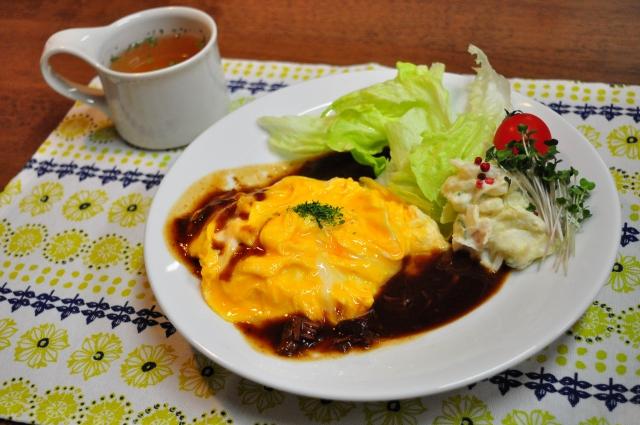 【味噌汁以外!/オムライスに合うスープの献立&付け合わせのレシピ】オムライスと合わせる定番汁物の付け合わせ&人気レシピ、副菜「夕飯&お昼飯のスープはオニオングラタンスープやコーンポタージュが、おすすめ!」