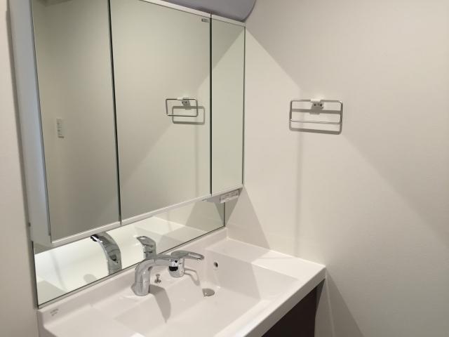 【洗面台の鏡と掃除の仕方】4つの原因と鏡汚れの落とし方~掃除時期&掃除回数と洗剤選び、掃除道具~