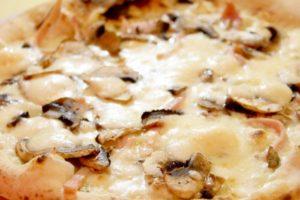 ベーコン・ピザとマッシュルーム