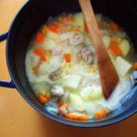 【シチューの具材を炒める順番、炒める意味と理由】煮込めば味は一緒!?基本のクリームシチューの作り方と、肉と野菜を炒める訳は?