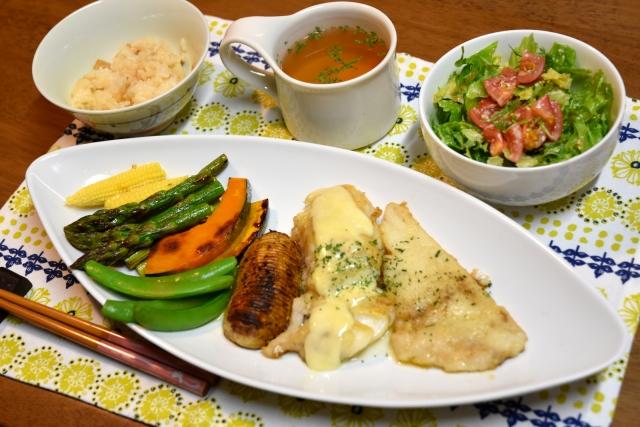 【洋風/ムニエルに合うサラダの献立&レシピ】ムニエルと合わせる人気サラダの付け合わせ&定番レシピ、副菜「夕飯&お昼飯のサラダを別皿、ワンプレートで解説」