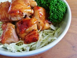 野菜を盛り付けた照り焼きチキン丼