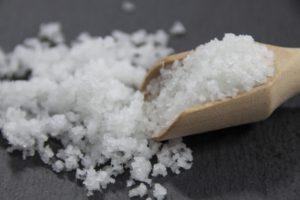 塩、あら塩は「小さじ1=5g、大さじ1=15g、1カップ=180g」