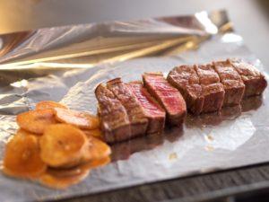 ガーリックステーキのお肉をアルミホイルで保温