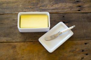 バターは「小さじ1=4g、大さじ1=12g、1カップ=180g」