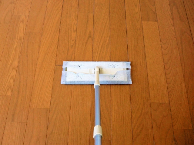 【ドライシート/ウェットシートの順番と使い方】フローリング床の掃除の仕方&方法~リビングとキッチン床のペーパーモップの使い分け~