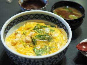 緑の野菜を付け合わせに!卵丼の人気おかずの献立、鶏肉なしの卵丼にもう一品