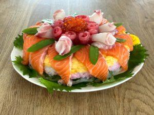 簡単デコレーションの花盛海鮮ケーキちらし寿司