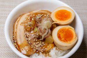 煮卵とチャーシュー丼の簡単な付け合わせ