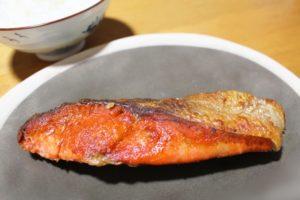 鮭の塩焼きとキュウリの漬物の献立、付け合わせ