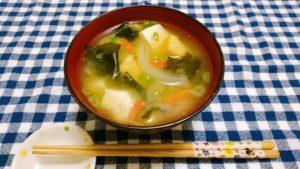 玉ねぎ、人参、豆腐の味噌汁