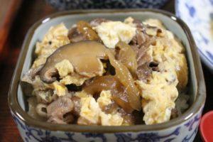 卵とじ牛丼派:牛丼の汁を吸いこんで、うまい